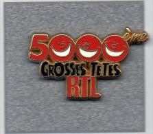 Pin´s  Média, Radio, 5000 ème  émission  Des  Grosses  Têtes  Sur  R  T L  Signé  Decat - Médias