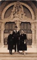 Carte Photo  -  LOURDES  -  Marin et Deux Femmes M�daill�es devant l'Entr�e de la Basilique   -  ��