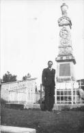 Carte Photo non Situ�e  -  Un Homme devant un Monument aux Morts   -  ��