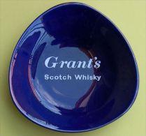 GRANT�S SCOTCH WHISKY - CENDRIER PORCELAINE - Dimensions environ 14 x 14 x 14 cm - 2 SCANS