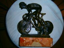 BELLE STATUE CYCLISTE  SOCLE MARBRE EN METAL  INSCRIPTION FR DIM 34 X 26 CM - Sculptures