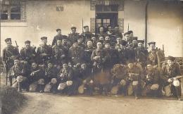 CARTE PHOTO    GROUPE DE ZOUAVES  AVEC FUSILS ET LEUR BARDA - Guerra, Militares