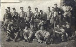 CARTE PHOTO    GROUPE DE ZOUAVES  En Relâche - Guerra, Militares