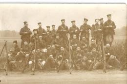CARTE PHOTO    GROUPE DE ZOUAVES  A L'HEURE DU CASSSE-CROUTE -FUSILS EN APPUI PAR 3- - Guerra, Militares