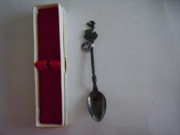 ST. HUBERT Vintage Souvenir Lepel Petite Cuillère Little Spoon Chevalier Dor Met. Blanc Argenté Zilverstad 90 (ref 4) - Lepels