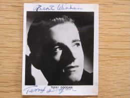 TERRY DOOGAN  Autographe sur Photo Photographie Autograph Picture Vintage British Artist