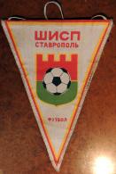 Ancien Fanion D'un Club Russe De Football à STAVROPOL En Lin écru Très Décoratif - Apparel, Souvenirs & Other