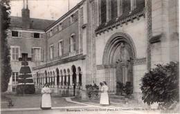 Cpa 1913  BOURGES, Maison De Santé Place Du Château Avec Les Religieuses  (21.12) - Bourges