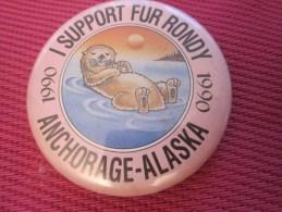 Insigna - Collector Button - Une Loutre - Badge ,Médaille,insigne Tôle émaillée Support Fur Rondy ANCHORAGE ALASKA 1990 - Obj. 'Remember Of'