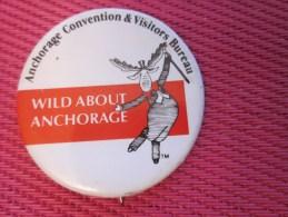 Insigna - Collector Button - Badge,Médaille,insigne Tôle émaillée WILD ANCHORAGE ALASKA Convention Et Visitors Bureau - Obj. 'Remember Of'