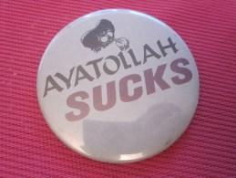 Insigna - Collector Button - Badge,Médaille,insigne Tôle émaillée  KHOMEINI AYATOLLAH SUCKS - Obj. 'Remember Of'