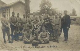 Militaria - Carte Photo, Soldats Français Devant Un Canon - 1er Groupe - 2e Batterie - 1er Piège - Equipment