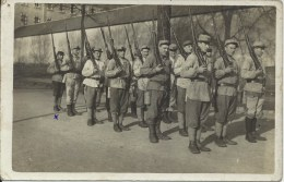 Militaria - Carte Photo, Soldats Français - Soldats En Rang, Fusil Sur L'épaule - Equipment