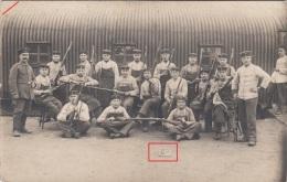Photocarte-Soldats Allemands Avec Tabliers Nettoyage Des Fusils (ardoise S102) 2scans - Guerre 1914-18