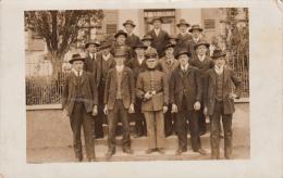 Photocarte- MILITAIRE ALLEMAND Posant Avec Ses Camarades (lieu A Identifier) - Guerre 1914-18