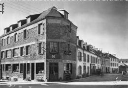 ¤¤  -  165  -  PLOMODIERN  -  L'Hôtel Du Menez-Hom Et Les Maisons De La Place De L'Eglise  -  ¤¤ - Plomodiern