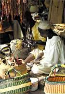 Afrique- (Burkina Faso) HAUTE VOLTA OUAGADOUGOU Habile Artisan Sur Le Marché (Editons :Photo DIAVOLTA 77/350) *PRIX FIXE - Burkina Faso