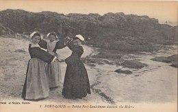 56 PORT LOUIS  Jolies Fillettes Port Louisiennes  En Costume Et COIFFE DANSE Bretonne La Ridée Sur La Plage 1920 - Port Louis