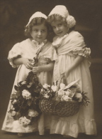 """ENFANTS - LITTLE GIRL - MAEDCHEN - Jolie Carte Fantaisie Portrait Fillettes Et Fleurs De """"Bonne Fête"""" - Portraits"""