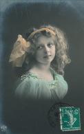 ENFANTS - LITTLE GIRL - MAEDCHEN - Jolie Carte Fantaisie Portrait Fillette Avec Ruban Dans Les Cheveux - Portraits