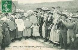 56 ERDEVEN Noces Bretonnes  Cuisiniers Et Cuisinières Allant Devant Les Nouveaux Mariés Leur Offrir Les Gâteaux - Erdeven