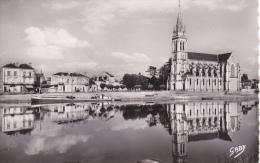 Sable Sur Sarthe Eglise Notre Dame Et La Sarthe Bateau Peniche - Sable Sur Sarthe