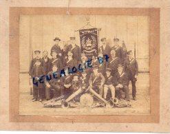 60 - AUNEUIL - TRES RARE PHOTO ORIGINALE SUR CARTON- FANFARE MUNICIPALE AVEC ETENDARD 1882 - Alte (vor 1900)
