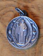 Rare Vieille Médaille Catholique Argent 2 Bons Grammes ;  St Benoit,  Signée D´un Médailler De Lyon (France) - Religion & Esotericism