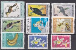 Viêt-nam : Oiseaux, Fleurs Etc. : Lot De 18 Timbres - Viêt-Nam
