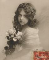 """ENFANTS - LITTLE GIRL - MAEDCHEN - Jolie Carte Fantaisie Portrait Fillette Et Fleurs De """"Bonne Année"""" - Portraits"""