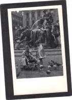 Photo 14 X  9 Cm Enfant Adulte - Petite Fille Aout 1954 Place Des Terreaux  LYON - Photos