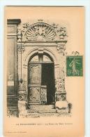 La Pacaudière : La Porte Du Petit Louvre. Dos Simple. 2 Scans. Edition Bécaud - La Pacaudiere