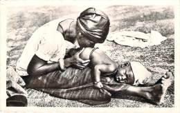 Le Niger - Bébé Recevant Un Lavement - Niger