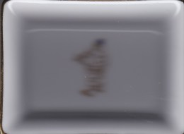 TRES JOLI CENDRIER DECORE BONHOMME MICHELIN  / PORCELAINE DE LIMOGES (scanner de mauvaise qualit�)
