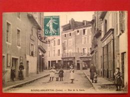 Cpa 42 BOURG ARGENTAL Rue De La Gare Café Stéphanois, Commerces (Coiffeur, Mercerie) - Bourg Argental