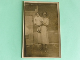 Carte Phographie D'Une Mère Portant Sa Fille - Photographs