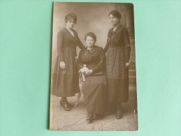 Une Mère Et Ses Filles - Photographs