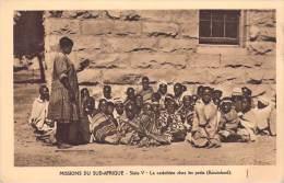 Afrique(Lesotho) BASUTOLAND (OBLATS) Missions En Sud Afrique La Catéchiste Chez Les Petits (catéchisme RELIGION) - Lesotho