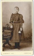 Beau CDV Vers 1879-fillette N°2-mode-robe-photo De Belle Qualité, Légèrement Bombée-photos Benoit Compiègne - Fotos