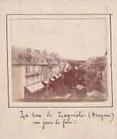 O- 2 Photos Stereoscopiques Stereo 40x45mm Vers 1900. Laguiole Aveyron France -rue Un Jour De Foire -vue - Photos Stéréoscopiques