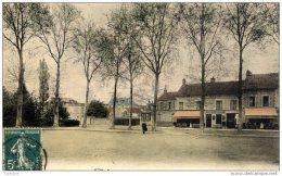 77.  SOUPPES -  La Place De La Gare- Couleur  Animée Café Du Chemin De Fer - Souppes Sur Loing