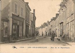 LES AIX D'ANGILLON    Rue De La République (animation,commerce,affiches,transport Sur L'épaule) - Les Aix-d'Angillon