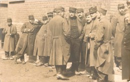 CARTE PHOTO : PRISONNIERS MILITAIRES DANS LA COUR STALAG GEPRÜFT KRIEG GUERRE - Oorlog 1914-18