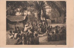 .un Pere De La Mission Reglant Un Palabre Dans Un Village - Congo Français - Autres