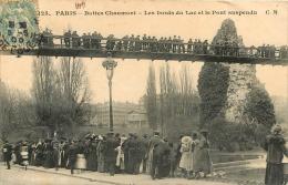 75 PARIS  XIX BUTTES CHAUMONT LES BORDS DU LAC ET LE PONT SUSPENDU - Arrondissement: 19
