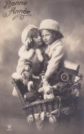 CPA PHOTO. BONNE ANNEE. Hotte Jouet. Marionnette, Jouet. Poupées. Automate.GUIGNOL - Nouvel An