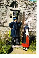 NORMANDIE  Couple Du Groupe Folklorique De La Cie Du Gay-Sçavoir, Bayeux, Costume, Coiffe, Château, Grille - Costumi