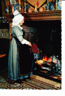 NORMANDIE Hostellerie Henri IV à La Boissière (14), Costume Du Apys D'Auge, Femme Devant L'âtre, Rôtissoire, Soufflet, - Costumes