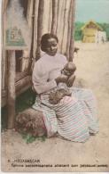 Femme Betsimisaraka Alletant Son ..zezequel ) - Madagascar