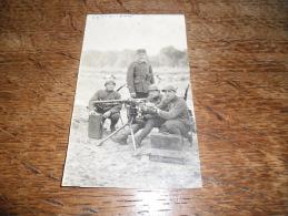 CPA Photo De Coëtquidan - 3 Soldats Et Un Officier Avec Mitrailleuse Lourde Sur Pied, Carte Coupé Manque Le Morceau - Personnages